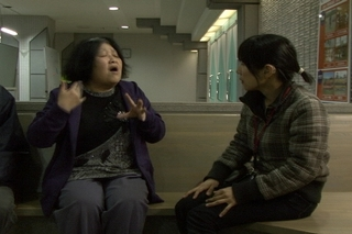 信子さんインタビュー避難所で.jpg